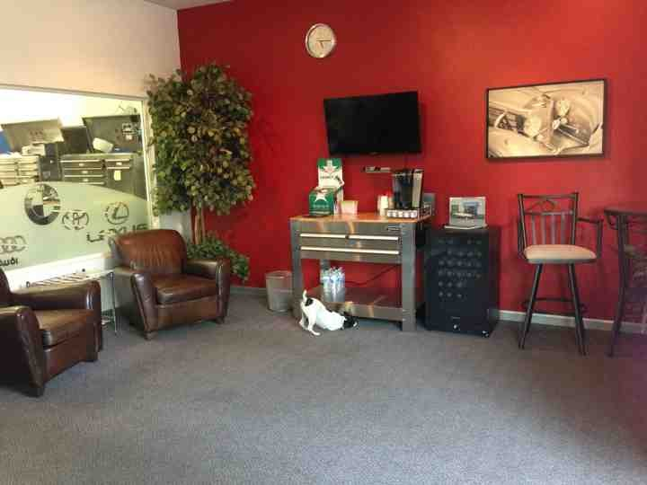 Our clean comfortable workshop viewing and waiting area.